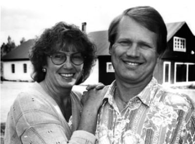 Kiell & Gertrud Tofters framför ladugården i  Bragdebo, där Herrens Gård startade under 1980-talet.